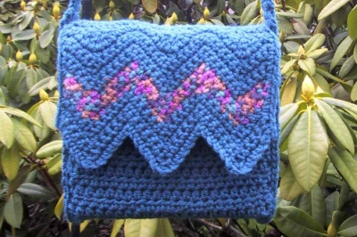 chevron crochet purse 400x266 25 Patterns I Want to Crochet for Blog a Long (Crochet Bag Patterns)
