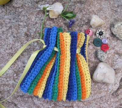 colorful crochet bag 400x354 25 Patterns I Want to Crochet for Blog a Long (Crochet Bag Patterns)