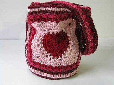 crochet heart bag 400x300 25 Patterns I Want to Crochet for Blog a Long (Crochet Bag Patterns)