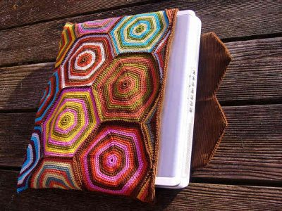 hexi laptop case 400x300 25 Patterns I Want to Crochet for Blog a Long (Crochet Bag Patterns)
