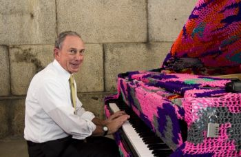 350.0.1.0.16777215.0.stories.large .2011.06.27.MayePiano 0255 Mayor Bloomberg Plays Oleks Crochet Piano