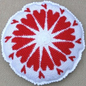 HeartsRoundPillow std crochet