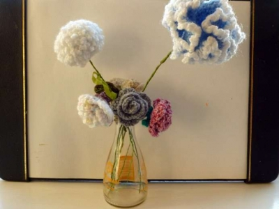 crochet flowers in vase 400x300 Inspiring Crochet Gardens: Projects and Ideas for the Home