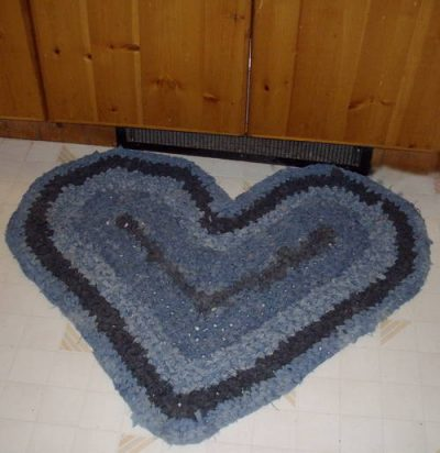 crochet heart rug 400x412 10 Ideas for Upcycling Denim with Crochet