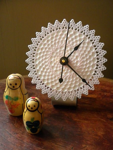 desktop doily clock 20 Most Sensational Crochet Clocks