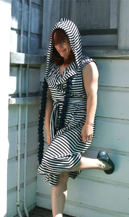 match scarf black and white dress1 Crochet Style Ideas for Bold Black and White Wrap Dress