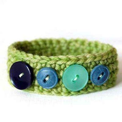 crochet bracelet with buttons 400x400 15 Fun Project Ideas for Crocheters who Love Buttons