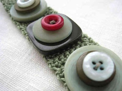 crochet button bracelet 400x300 15 Fun Project Ideas for Crocheters who Love Buttons