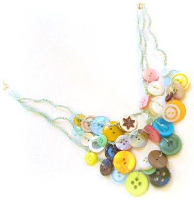 How to Make a Christmas Button Necklace With Crochet