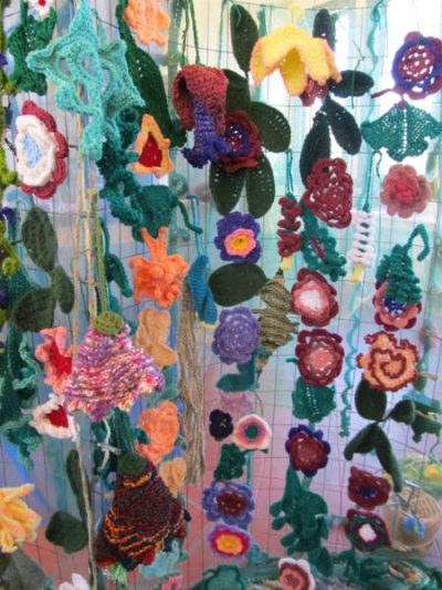 crochet flower gardens 400x533 Catherine Reeds Large and Small Crochet Dolls