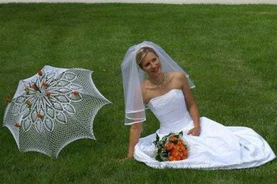 crochet wedding umbrella 400x266 15 Crochet Umbrellas for your Creative Rainy Days