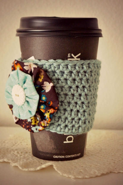 crochet cup cozy 400x601 20 Inspiring Ideas for Combining Crochet with Fabric