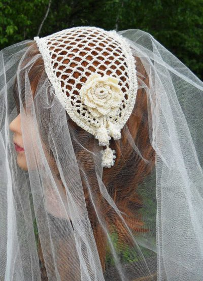 crochet fascinator veil 400x554 12 Crochet Wedding Veils That Will Make Everyone Want to Kiss the Bride
