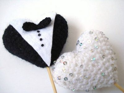 crochet heart cake topper 400x300 The 12 Best Crochet Cake Toppers for Your DIY Wedding Cake
