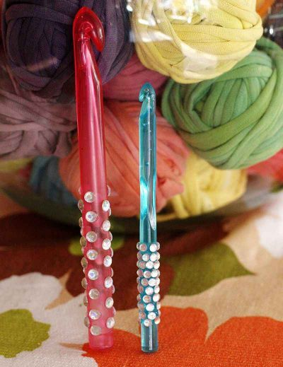 sparkly crochet hooks 400x519 10+ Ideas for Personalizing and Decorating Your Crochet Hook Handles