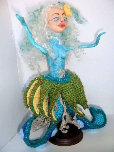 clay and crochet doll 400x533 12 Fascinating Examples of Crochet Art Dolls and Figures