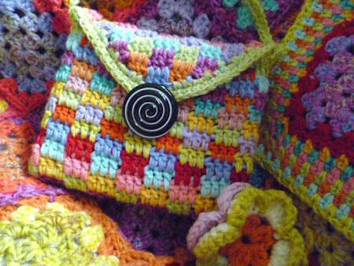 colorful crochet kindle bag The Best Crochet Blog Posts of the Week (Link Love!)