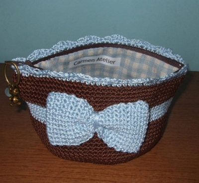 crochet bow coin purse 400x367 15 Favorite Crochet Coin Purses to Make Saving Pennies Fun