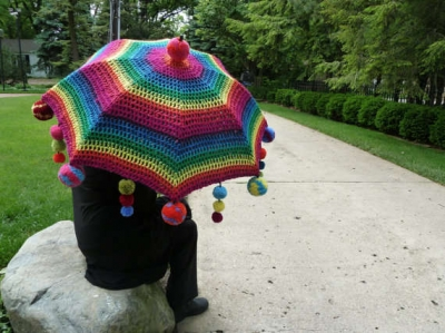 embellished crochet umbrella 400x299 15 Crochet Umbrellas for your Creative Rainy Days