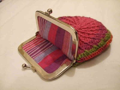 lined crochet coin purse 400x300 15 Favorite Crochet Coin Purses to Make Saving Pennies Fun