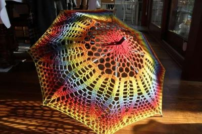rainbow crochet umbrella1 400x266 15 Crochet Umbrellas for your Creative Rainy Days