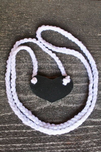 chalkboard heart necklace 400x601 15 Crochet Wedding Favors to Give Your DIY Wedding Guests