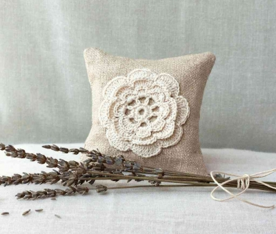 crochet pillow wedding favor 400x340 15 Crochet Wedding Favors to Give Your DIY Wedding Guests