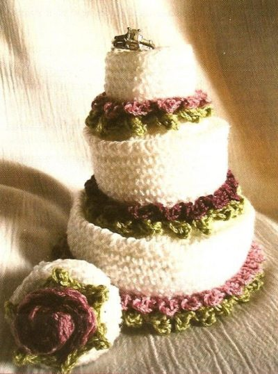 crochet wedding cake 400x538 15 Crochet Wedding Favors to Give Your DIY Wedding Guests