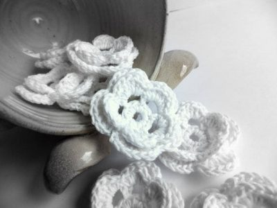 crochet wedding flowers 400x300 15 Crochet Wedding Favors to Give Your DIY Wedding Guests