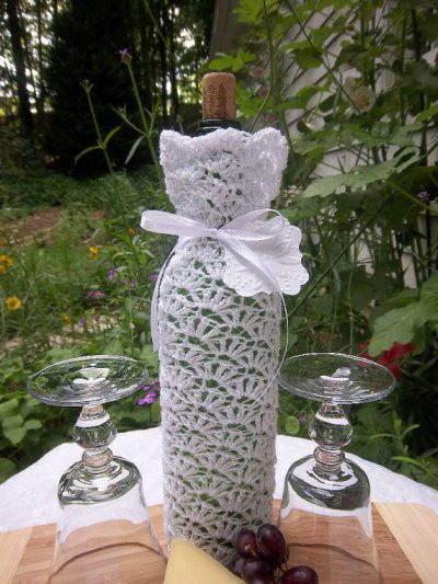 crochet wedding wine bag 400x533 15 Crochet Wedding Favors to Give Your DIY Wedding Guests