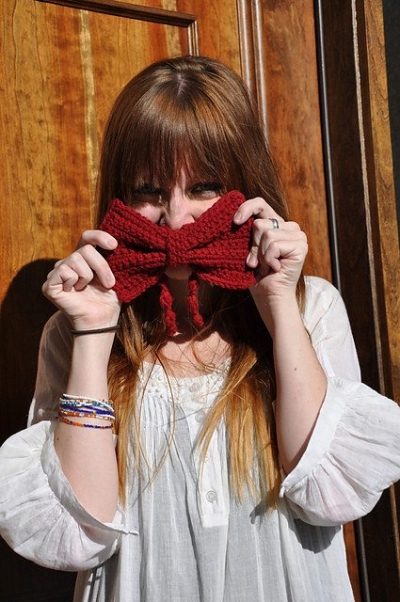 crochet bowtie necklace 400x602 Crochet Jewelry Ideas for Christmas Including 10 Free Crochet Patterns