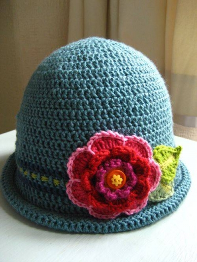 crochet flower hat 400x533 Link Love! Best Crochet Blog Posts of the Week