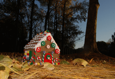 crochet gingerbread house 400x273 Crochet Link Love for the Week