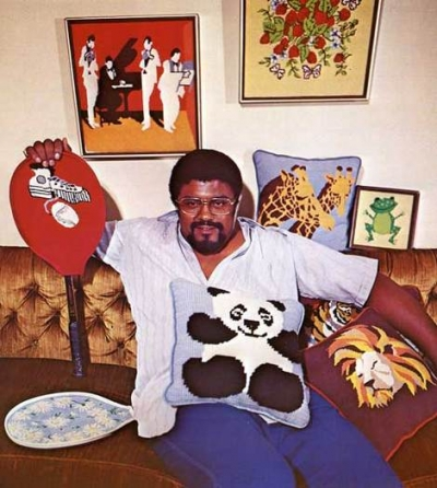 rosey grier crafting 400x446 Unique 1970s Crocheter: Pro Football Player Rosey Grier