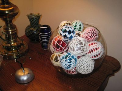crochet christmas balls 400x300 16 Heartwarming Examples of Beautiful Crochet Christmas Decor