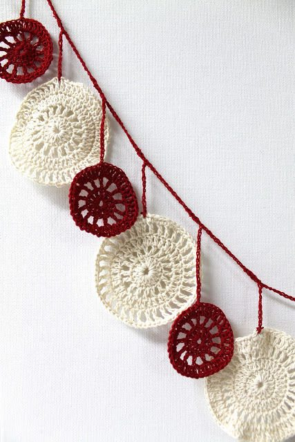 crochet christmas garland 16 Heartwarming Examples of Beautiful Crochet Christmas Decor