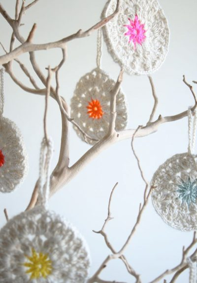 crochet christmas ornaments 400x573 Crochet Link Love: Best Posts of the Week