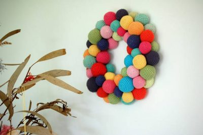 crochet christmas wreath 400x266 16 Heartwarming Examples of Beautiful Crochet Christmas Decor