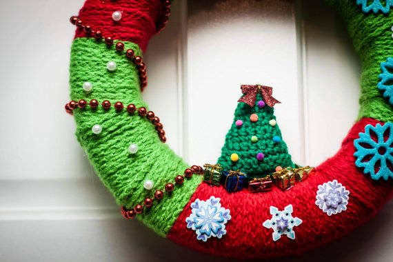 crochet holiday wreath 16 Heartwarming Examples of Beautiful Crochet Christmas Decor