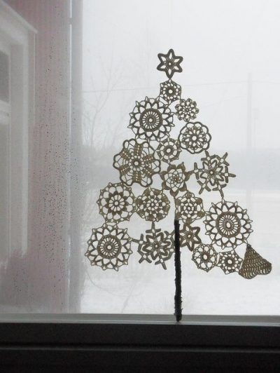 doily crochet tree 400x532 16 Heartwarming Examples of Beautiful Crochet Christmas Decor