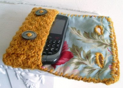 one skein crochet cell phone case 400x287 20 Free Patterns for One Skein Projects You Can Complete Before Christmas