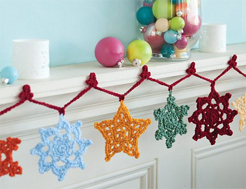 snowflake garland 16 Heartwarming Examples of Beautiful Crochet Christmas Decor