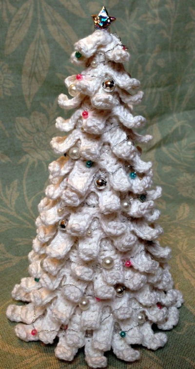 white crochet christmas tree 400x757 16 Heartwarming Examples of Beautiful Crochet Christmas Decor