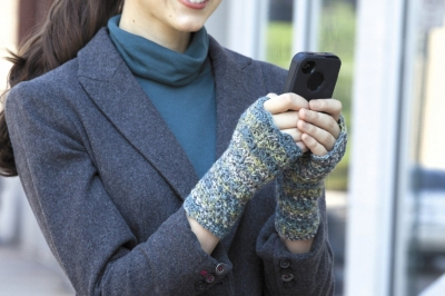 Seashell Mitt LA 400x266 Crochet Texting Mitts (Review, Interview, Blog Tour and Giveaway!)