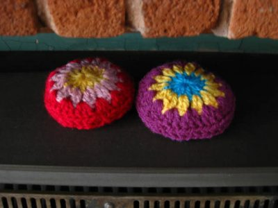 crochet handwarmer rocks 400x300 Another Edition of Crochet Link Love!