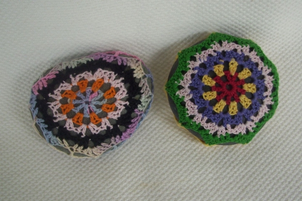 colorful crochet rocks 600x400 20 Unique Examples of Crochet Covered Stone Art