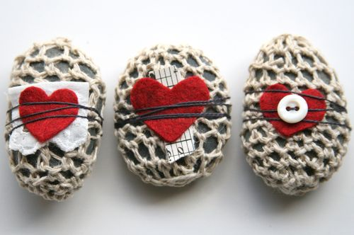 crochet felt music heart rocks 20 Unique Examples of Crochet Covered Stone Art