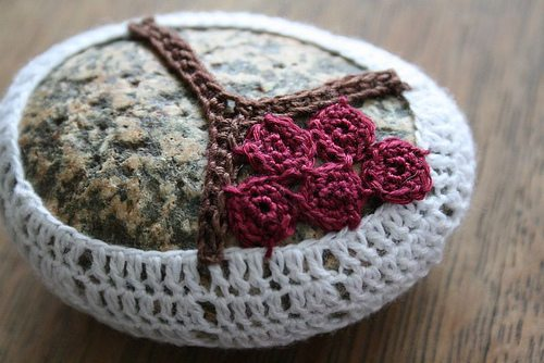crochet flower rock tutorial 20 Unique Examples of Crochet Covered Stone Art