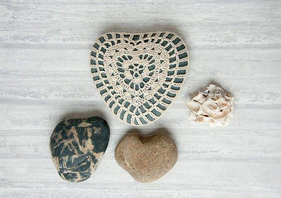crochet heart stone 20 Unique Examples of Crochet Covered Stone Art