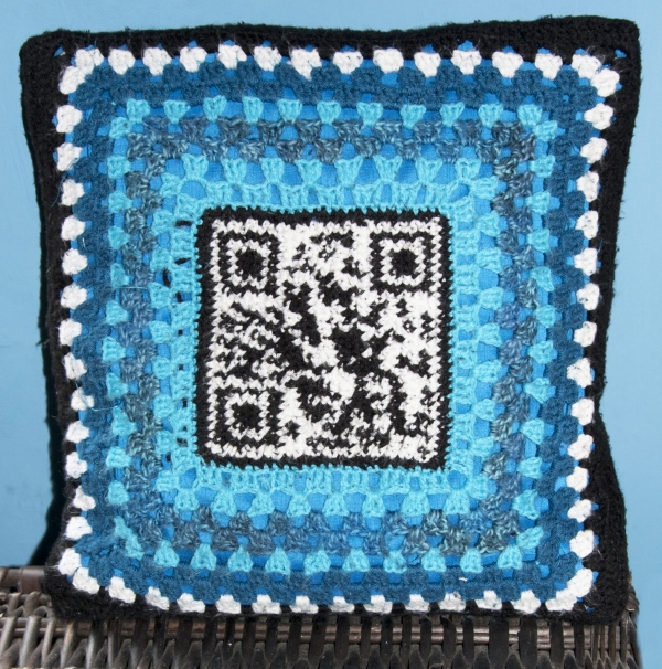 crochet qr code cushion 600x606 Tech Crafty: Examples of Crochet QR Codes